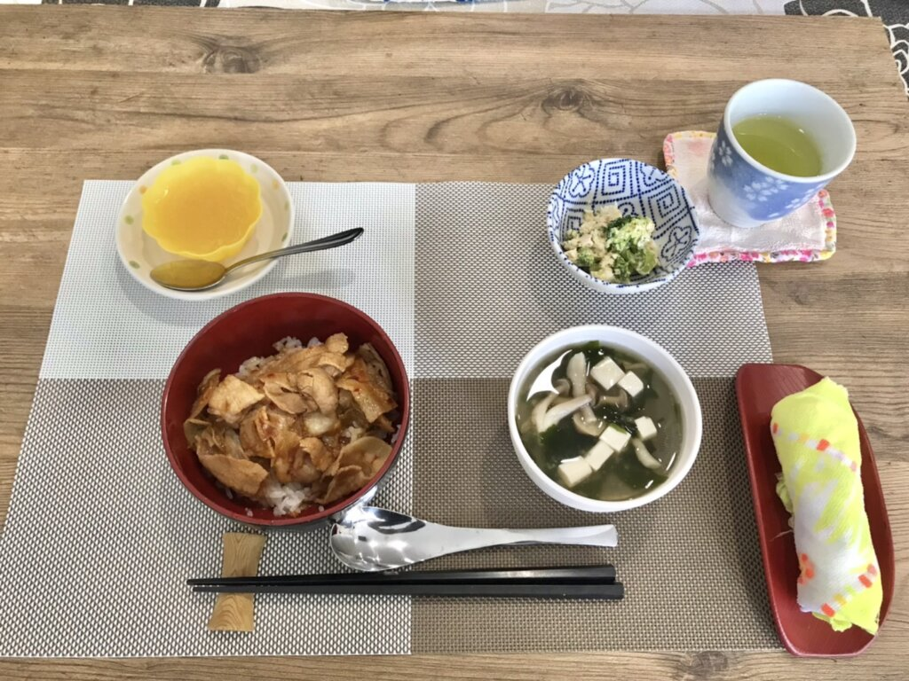 鹿児島 デイサービス 地域密着型通所介護事業 スター倶楽部 ランチ 豚キムチ丼